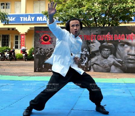 Võ sư Bùi Trọng Quốc Quân biểu diễn côn nhị khúc chống đao