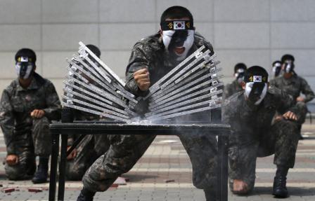 Tập luyện chiến đấu trong quân đội thật khắc nghiệt!